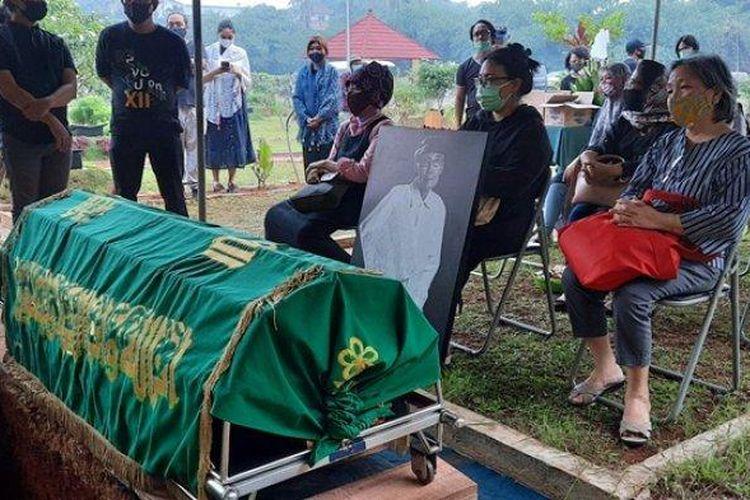 Suasana pemakaman sastrawan Indonesia Sapardi Djoko Damono di TPU Grititama, Bogor, Minggu (19/7/2020).