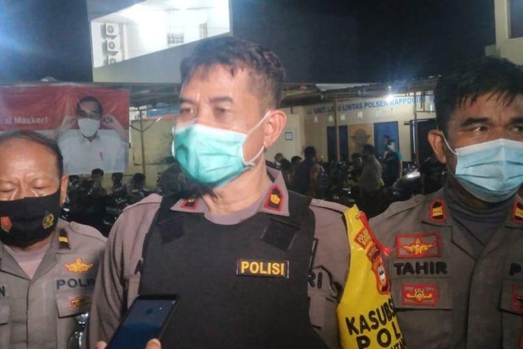 Kapolsek Rappocini Kompol Ashari saat diwawancara usai penyerangan di Mapolsek oleh massa aksi omnibus law undang-undang cipta kerja di Jalan Sultan Alauddin, Kecamatan Rappocini, Makassar, Kamis (8/10/2020).
