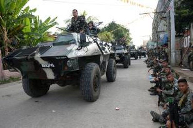 Para prajurit Filipina bersiap di salah satu sudut kota Zamboanga di Filipina selatan menanti perintah dalam menghadapi pemberontak MNLF yang menyandera ratusan orang di kota itu.