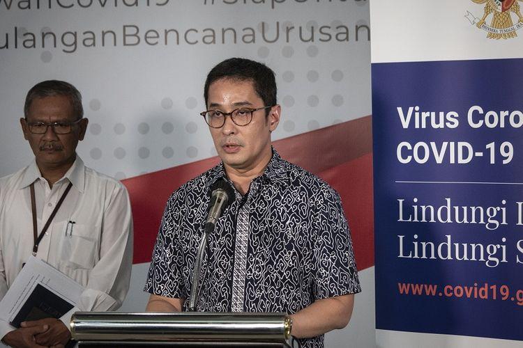 Koordinator Relawan Gugus Tugas Percepatan Penanganan COVID-19 Andre Rahadian (kanan) bersama Juru Bicara Pemerintah untuk Penanganan COVID-19 Achmad Yurianto (kiri) menyampaikan keterangan pers di Graha BNPB, Jakarta, Kamis (26/3/2020). Berdasarkan data hingga Kamis (26/3/2020) pukul 12.00, jumlah kasus positif COVID-19 mencapai 893 orang di 27 provinsi se-Indonesia, dengan jumlah pasien sembuh mencapai 35 orang dan kasus meninggal dunia mencapai 78 orang. ANTARA FOTO/Dhemas Reviyanto/hp.