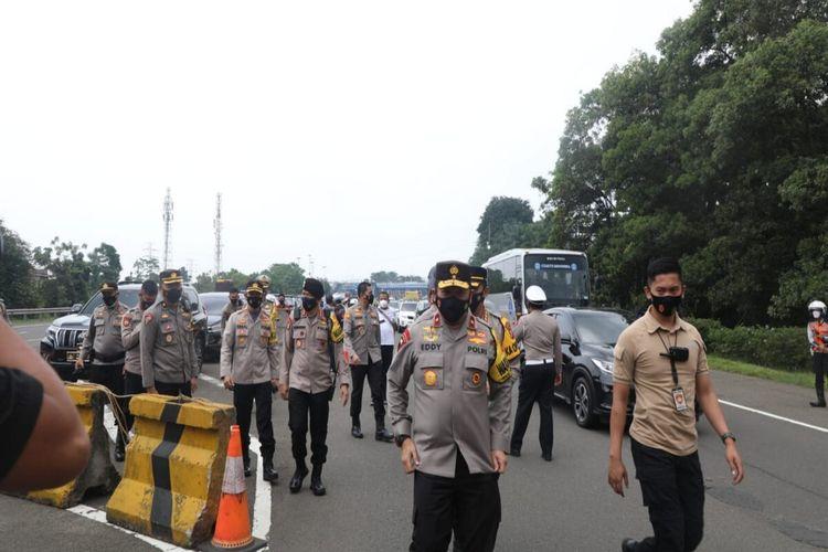Anggota kepolisian sedang berjaga di pos penyekatan di Tol Bogor, Kamis (6/5/2021).