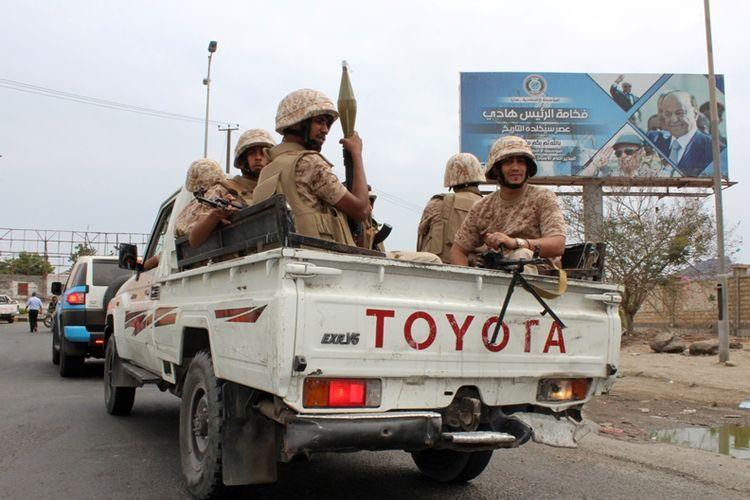 Pasukan Pemberontakan Selatan (SRF) menaiki kendaraan menuju Aden, Yaman, Minggu (28/1/2018). Konflik yang terjadi antara SRF dan pasukan pemerintah Yaman mengakibatkan 15 orang tewas.