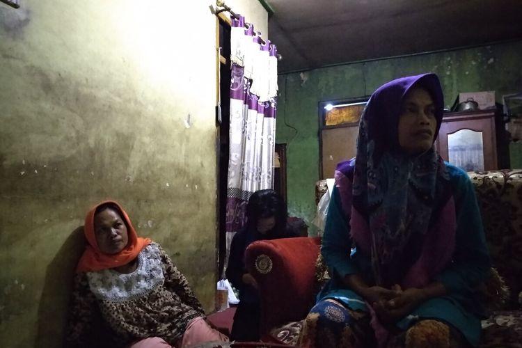 Ibu kandung Delis Sulistina (13) siswi SMPN 6 Tasikmalaya yang tewas di gorong-gorong sekolahnya saat dimintai keterangan di rumahnya, Rabu (26/2/2020) malam.