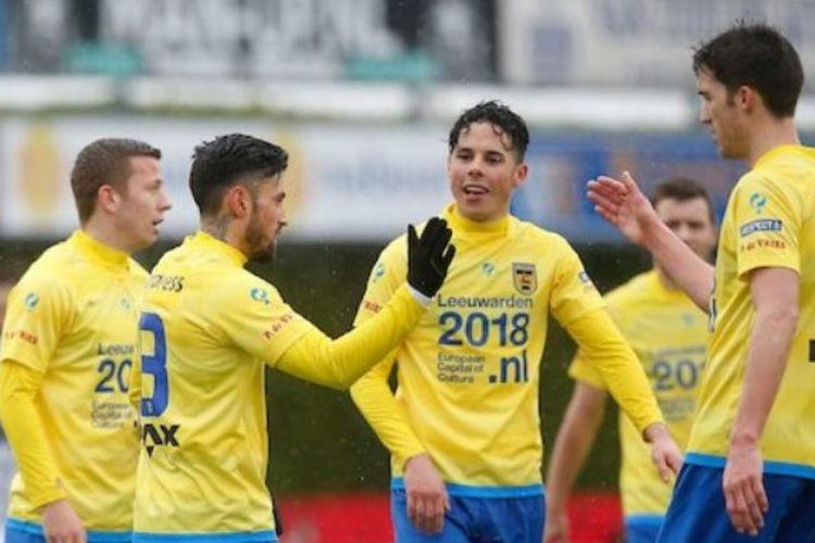 Stefano Lilipaly (kedua dari kiri) merayakan gol Cambuur SC ke gawang Achilles 29 pada partai lanjutan Eerste Divisie di Stadion Sportpark De Heikant, Minggu (5/3/2017).