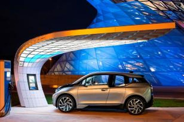 Point.one S adalah stasiun pengisian bahan bakar surya yang super cepat. Stasiun bahan bakar bertenaga surya itu dirancang sesuai bentuk arsitektur yang melingkupi BMW Welt.