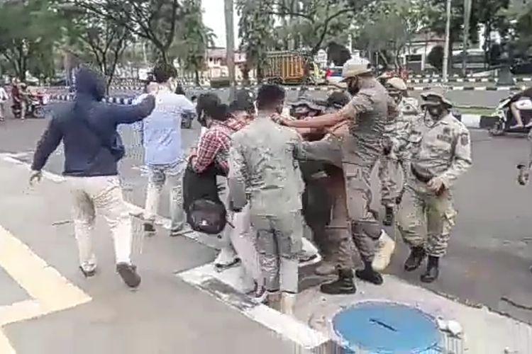 Sejumlah mahasiswa terlibat bentrokan dengan aparat keamanan yang menjaga aksi di depan gerbang Kantor Bupati Bogor, Cibinong, Kabupaten Bogor, Jawa Barat, Kamis (17/9/2020).