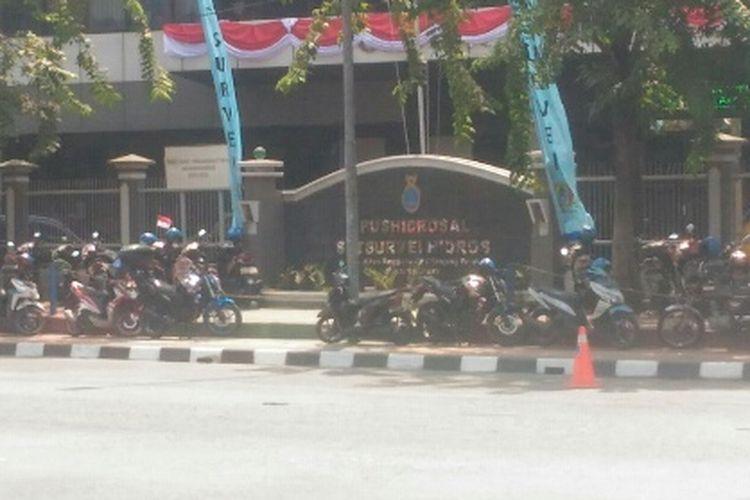 Puluhan sepeda motor terlihat diparkir di trotoar di depan gedung milik TNI AL di Jalan Enggano, Tanjung Priok, Jakarta Utara, Selasa (8/8/2017).