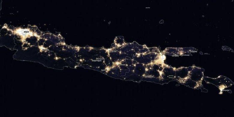 Foto citra satelit malam hari Pulau Jawa dan Bali yang tampak gemerlap, yang dirilis NASA.