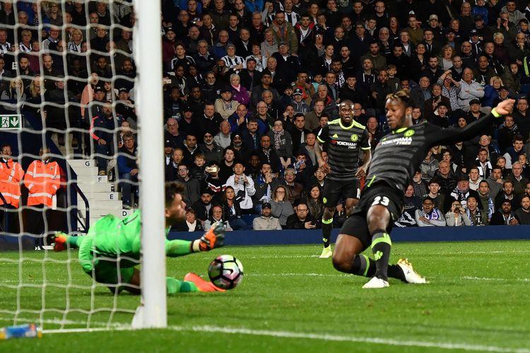 Striker Chelsea asal Belgia, Michy Batshuayi (kanan), mencetak gol timnya ke gawang West Bromwich Albion dalam pertandingan Premier League di Stadion The Hawthorns, West Bromwich, Jumat (12/5/2017), untuk memastikan Chelsea juara Premier League musim 2016-2017.