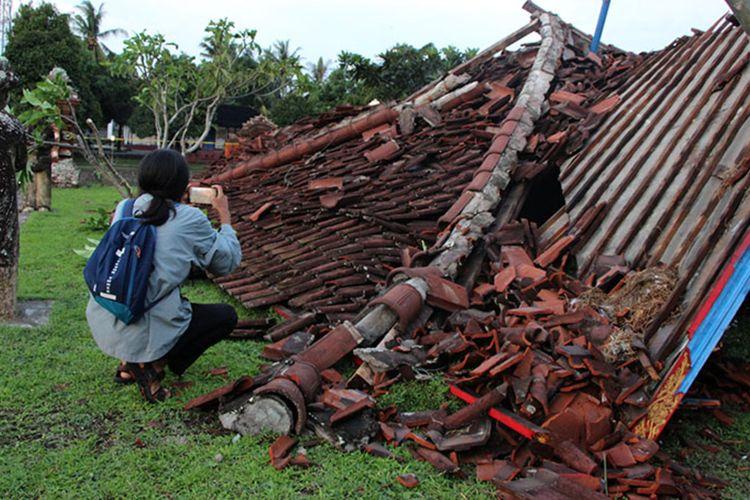warga mengabadikan  Bale Kambang, bagunan bersejarah yang berada di areal Taman Mayura, yang roboh karena angin kencang. Bale Kambang dibangun pada abad 17 atau 1744 silam.