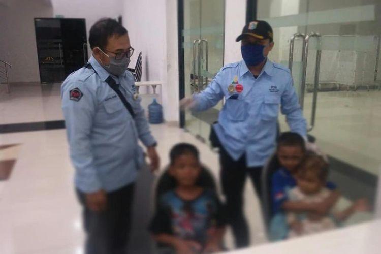 Tiga anak yang ditemukan oleh petuggas PPSU di bawah jembatan Pasar Pagi, Tambora, Jakarta Barat (9/11/2020).