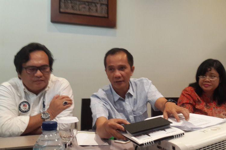 Anggota tim pakar pada tim gabungan penyelidikan kasus teror penyiraman air keras terhadap Novel Baswedan, Nur Kholis (tengah) dan Poenky Indarti (kanan) saat ditemui di Kota Malang, Rabu (20/3/2019)