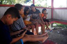 Perjuangan Siswa SD Naik Turun Bukit Cari Sinyal untuk Belajar Online