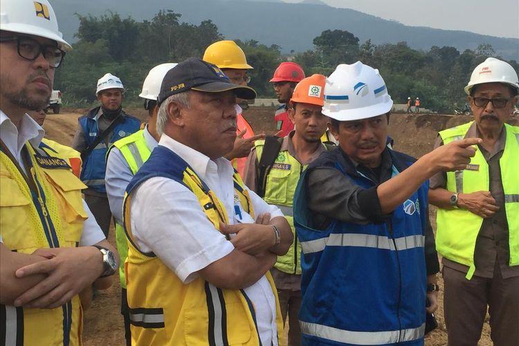 Menteri PUPR Basuki Hadimuljono saat mendengarkan penjelasan terkait proyek Tol Cisumdawu, Selasa (2/7/2019).
