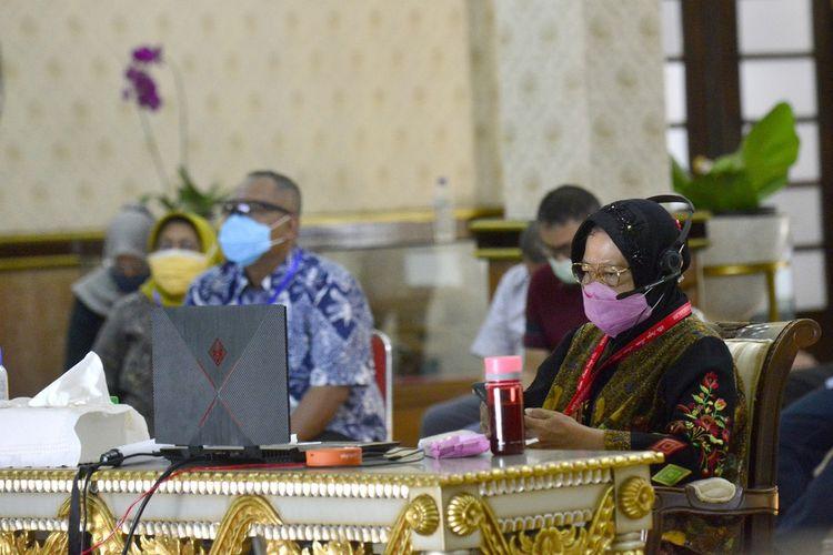 Wali Kota Surabaya Tri Rismaharini mengikuti rapat koordinasi melalui video conferencedengan Mendagri Tito Karnavian, Menkopolhukam Mahfud MD, DKPP, KPU RI, dan Bawaslu RI, Jumat (5/6/2020).