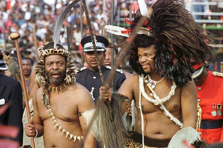 Una foto del rey Emswati III de Swazilandia (derecha) con su cuñado Raja Zulu Goodwill Jwelithini (izquierda) el 6 de septiembre de 1998 en el Estadio Nacional de Somolo celebrando los 30 años de la independencia de Swazilandia (ahora Iswatini) de la Gran Bretaña colonial.