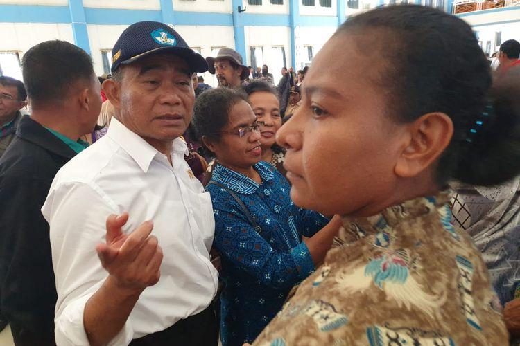 Mendikbud Muhadjir Effendy sedang berbincang dengan salah satu guru di Wamena, Kabupaten Jayawijaya, Papua, Selasa (15/10/2019)