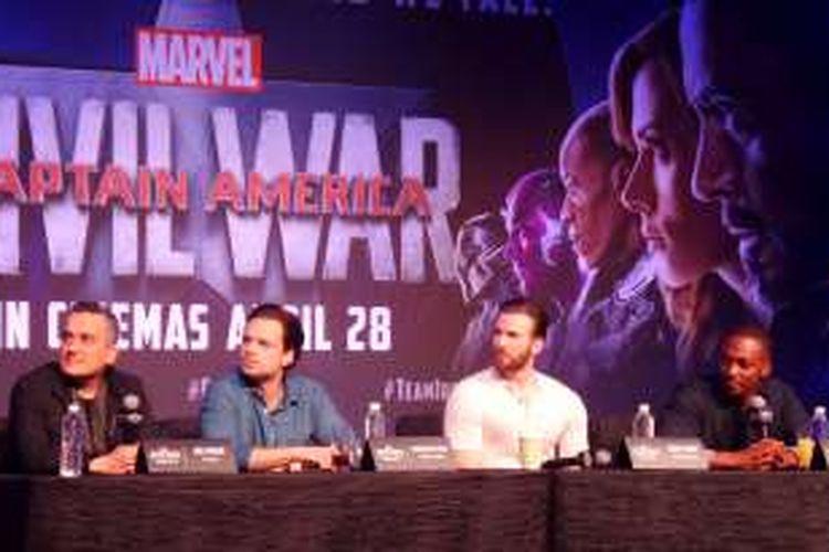 Tim produksi film 'Captain America: Civil War' (kiri ke kanan): Sutradara Joe Russo, Sebastian Stan (Winter Soldier), Chris Evans (Captain America), dan Anthony Mackie (Falcon) menggelar jumpa pers di ruang Jasmine lantai 3, Sands Expo and Convention Centre, Marina Bay Sands, Singapura, Kamis (21/4/2016).
