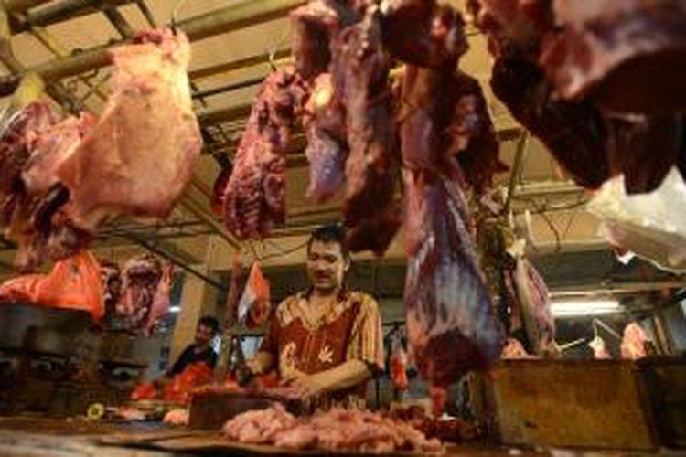 Pedagang menata daging sapi yang dijual di los Pasar SS Klender, Jakarta Timur, Senin (21/7/2014). Menjelang Lebaran, harga daging sapi di pasar ini dipatok pada harga Rp 95.000-Rp 100.000 per kilogram. Meskipun naik, kenaikan harga dianggap masih wajar karena tingginya permintaan. KOMPAS/IWAN SETIYAWAN