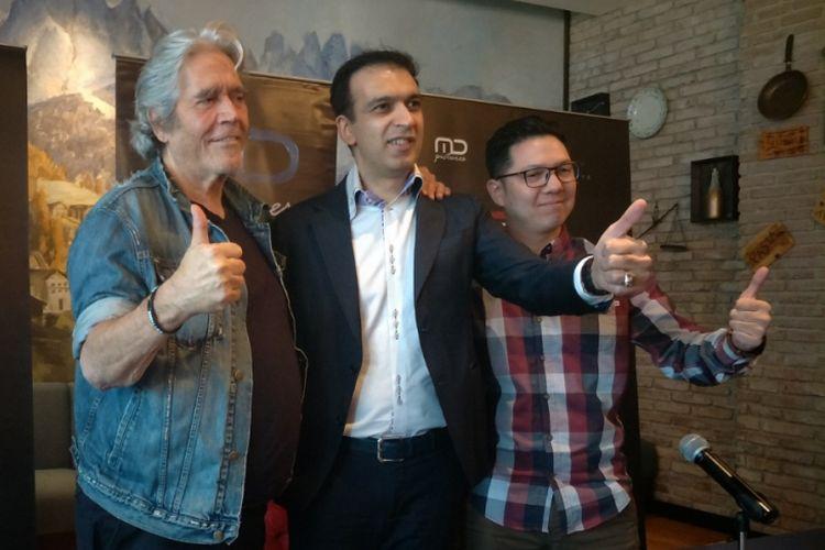 Konferensi pers film Foxtrot Six dihadiri oleh produser Hollywood Mario Kassar (kiri), produser Manoj Punjabi (tengah) dari MD Pictures, dan sutradara Randy Korompis (kanan), di Gedung MD Place, Kuningan, Jakarta Selatan, Rabu (8/8/2018).