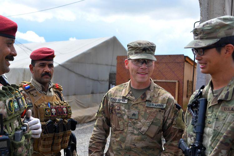 Pasukan Joint Task Force (JTF) 2 dari Satuan Tugas Gabungan Gabungan berbicara dengan tentara Irak, (30/3/2020).