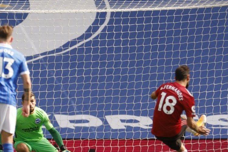Bruno Fernandes mengeksekusi penalti dalam laga Brighton vs Manchester United pada lanjutan pekan ketiga  Liga Inggris 2020-2021 yang digelar di Stadion American Express, Sabtu (26/9/2020).