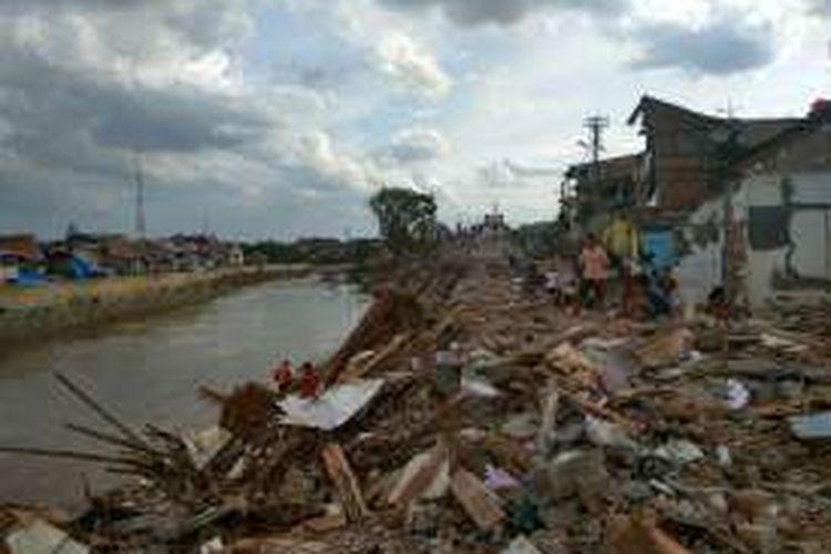 Permukiman Bukit Duri di pinggir Sungai Ciliwung yang sudah dibongkar dan rata dengan tanah, Rabu sore (28/9/2016).