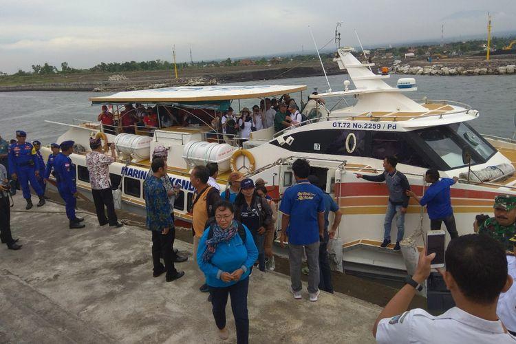 Kapal Marina Srikandi saat datang di Pelabuhan Pantai Boom Banyuwangi, Kamis (28/12/2017).