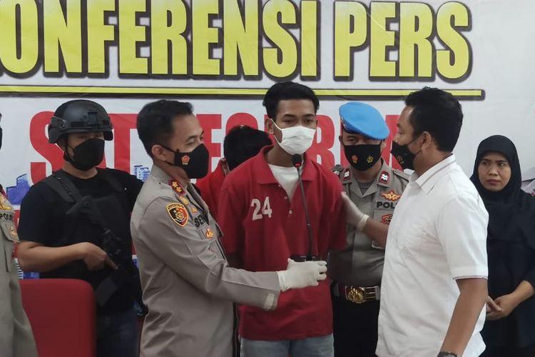 Polisi merilis penangkapan dua pelaku begal motor terhadap pengemudi ojek online di Tugu Tani, Jakarta Pusat.
