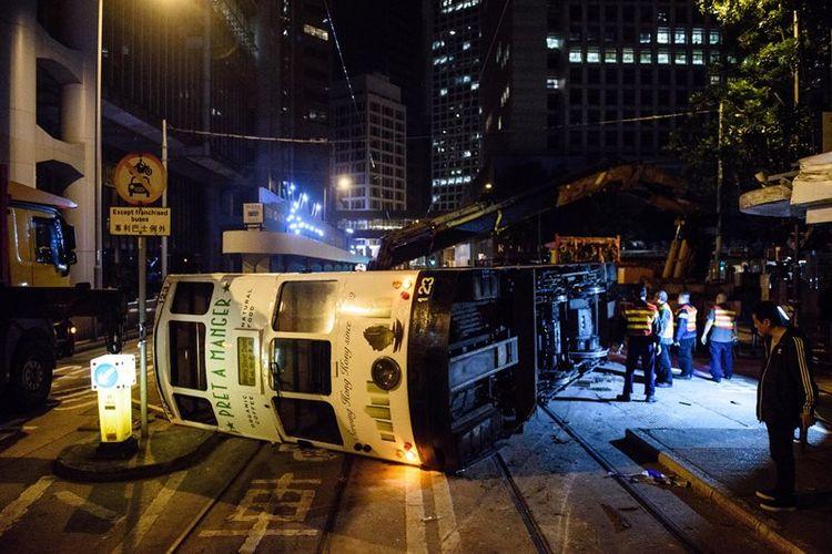Sebuah trem tingkat terbalik di Hongkong dan menyebabkan 17 orang terluka.