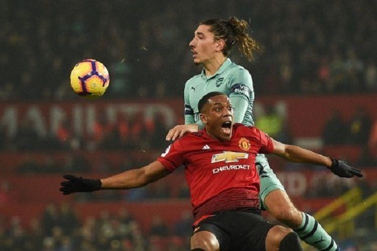 Anthony Martial tampak dijatuhkan Hector Bellerin pada laga Manchester United vs Arsenal di Stadion Old Trafford dalam lanjutan Liga Inggris, 5 Desember 2018.