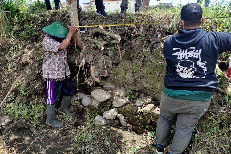 Tim BPCB Jatim memulai kegiatan survei penyelamatan di sekitar temuan struktur batu bata kuno di area persawahan di Kelurahan Karangtengah, Kecamatan Sananwetan, Kota Blitar, Senin (20/9/2021)