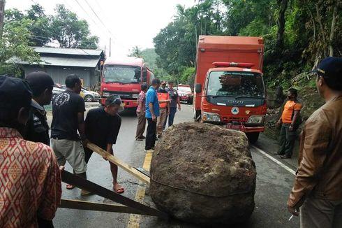 Batu Besar Jatuh ke Jalan, Akses Padang-Pesisir Selatan Terganggu 5 Jam