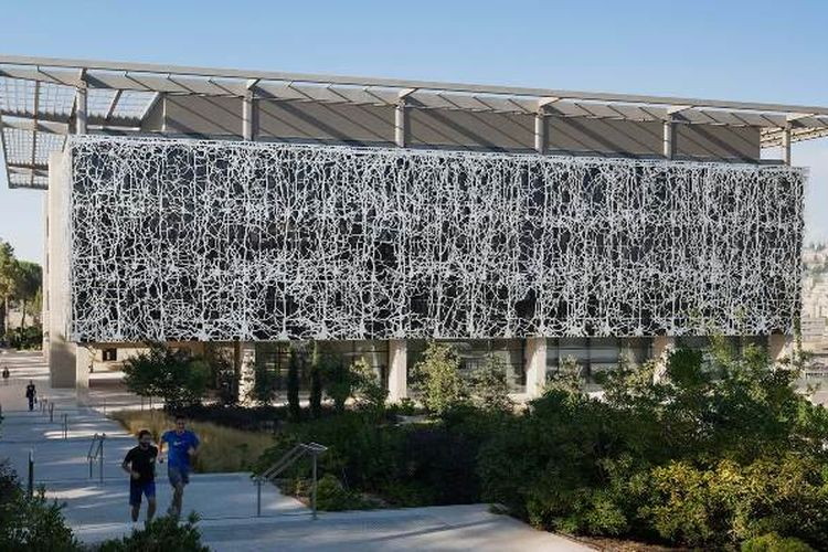 Edmond and Lily Safra Center for Brain Sciences, merupakan fasiltas penelitian di Universitas Ibrani Yerusalem, Israel. Bangunan memiliki fasad bangunan yang unik yakni berbentuk mirip saraf otak manusia dan dirancang oleh firma arsitek Inggris, Foster + Partners.