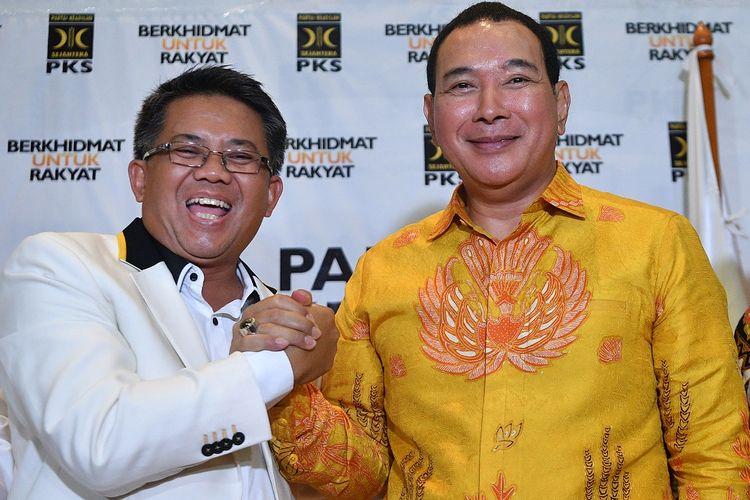Presiden PKS Sohibul Iman (kiri) berjabat tangan dengan Ketua Umum Partai Berkarya Hutomo Mandala Putra alias Tommy Soeharto seusai konferensi pers di kantor DPP PKS, Jakarta Selatan, Selasa (19/11/2019). Kunjungan Partai Berkarya ke DPP PKS tersebut sebagai wujud konsolidasi yang membahas sejumlah isu setrategis dan persiapan menghadapi Pilkada 2020. ANTARA FOTO/Sigid Kurniawan/pd.