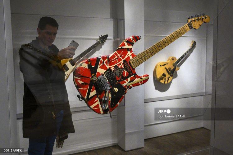 Seorang reporter memotret Frankenstein, gitar yang digunakan Eddie Van Halen, pada pameran Play It Loud: Instruments of Rock and Roll di Metropolitan Museum of Art di New York pada 1 April 2019.