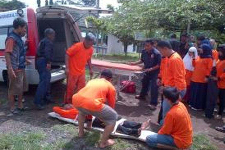Peserta pelatihan bencana sedang mempraktikkan P3K di kawasan Situ Gede, Kota Tasikmalaya, Kamis (16/1/2014).