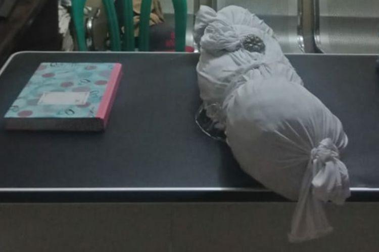 Polisi mengamankan benda mirip pocong yang diduga modus baru begal di Jalur Layapan, Tempuran, Karawang.
