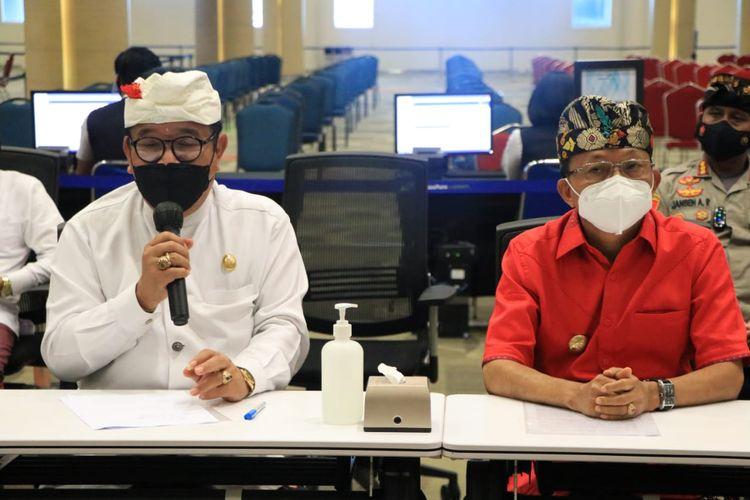 Wakil Gubernur Bali Tjokorda Oka Artha Ardhana Sukawati (kiri) saat jumpa pers di Bandara Internasional I Gusti Ngurah Rai, Kamis (14/10/2021)