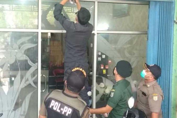 Petugas Satpol PP WH Kota Banda Aceh menyegel dua usaha salon di Kota Banda Aceh, karena ditemukan pelanggaran syariat Islam.