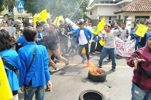 Aksi Tolak Omnibus Law di Tasikmalaya Sempat Ricuh, Mahasiswa Bakar Ban di Jalan