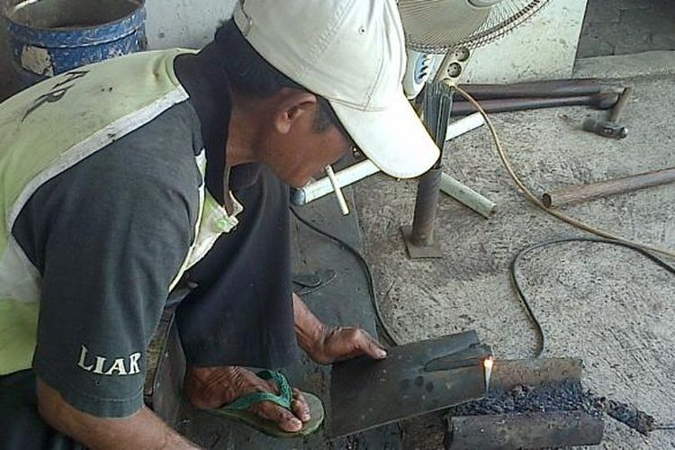 Ilustrasi pembuatan cangkul