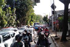 Demo di Depan Kampus IISIP, Jalan Raya Lenteng Agung Macet Total