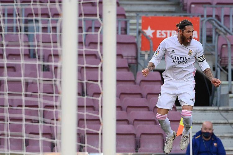 Kapten Real Madrid, Sergio Ramos, merayakan gol penalti ke gawang Barcelona pada laga El Clasico di Stadion Camp Nou pada 24 Oktober 2020.