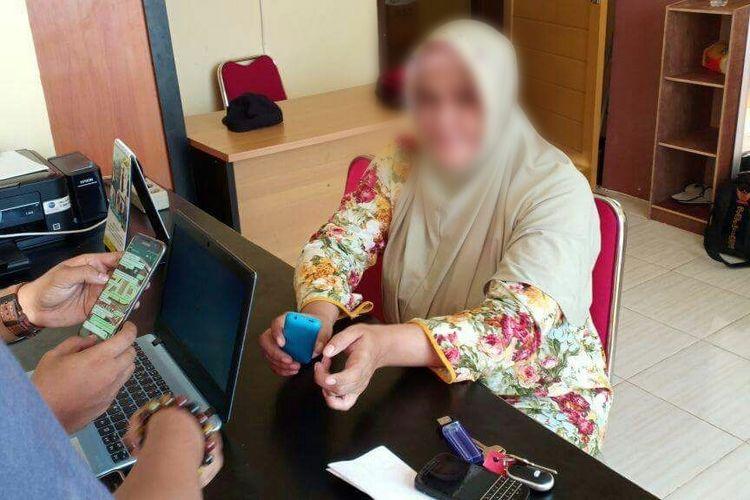 FSA, oknum PNS Kabupaten Kayong Utara saat diperiksa petugas be