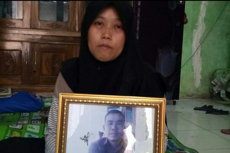 Ratna (34), istri Iwan, salah satu korban kecelakaan di tol Purbaleunyi, Senin (2/9/2019)