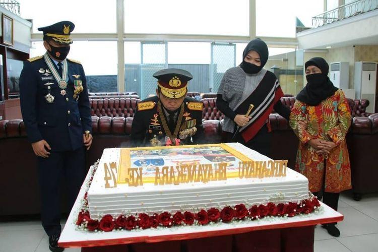 Panglima TNI Marsekal TNI Hadi Tjahjanto memberikan kejutan kepada Kapolri Jenderal Pol Idham Azis di HUT Bhayangkara ke-74 pada Rabu (1/7/2020).