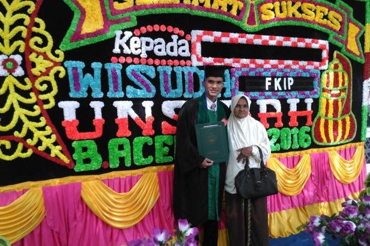 Aula bersama ibu di acara wisuda S1 di Universitas Syiah Kuala