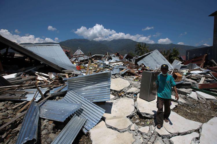 Puing bangunan di Perumnas Balaroa akibat gempa bumi yang mengguncang Kota Palu, Sulawesi Tengah, Minggu (30/9/2018). Gempa bermagnitudo 7,4 mengakibatkan ribuan bangunan rusak dan sedikitnya 420 orang meninggal dunia.