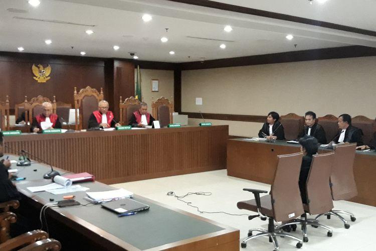 Hakim Merry Purba duduk di kursi terdakwa di Pengadilan Tipikor Jakarta, Kamis (24/1/2019).
